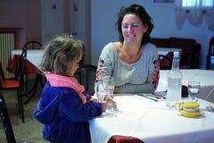 Маленькая девочка делает здравицу с матерью стоковая фотография