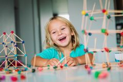 Маленькая девочка делая геометрические формы, инженерство и СТЕРЖЕНЬ стоковые изображения