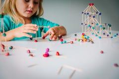 Маленькая девочка делая геометрические формы, инженерство и СТЕРЖЕНЬ стоковые изображения rf