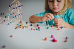 Маленькая девочка делая геометрические формы, инженерство и СТЕРЖЕНЬ стоковая фотография rf