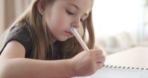 Маленькая девочка делая ее домашнюю работу сток-видео