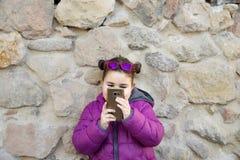 Маленькая девочка делая фото Стоковые Фотографии RF