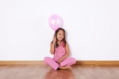 Маленькая девочка держа баллоны цвета стоковое изображение rf