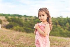 Маленькая девочка держа день лета цветка солнечный Стоковые Фото