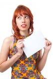 Маленькая девочка держит пустую прямоугольную плиту Молодые wi женщины redhead Стоковые Фото