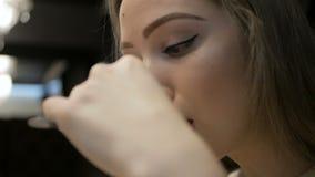 Маленькая девочка есть макаронные изделия Carbonara в кафе сток-видео