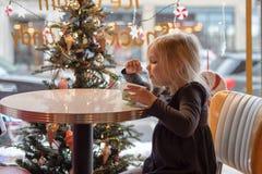 Маленькая девочка есть crem льда на старомодном салоне мороженого стоковые изображения rf