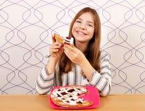 Маленькая девочка ест пирог с вишнями Стоковые Фото