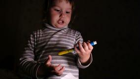 Маленькая девочка закрывает неправильную ручку войлок-подсказки и принимает лист бумаги, конец-вверх сток-видео
