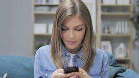 Маленькая девочка занятая используя применения смартфона видеоматериал