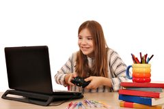 Маленькая девочка играет видеоигру на компьтер-книжке Стоковые Изображения