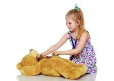 Маленькая девочка играет доктора стоковые изображения