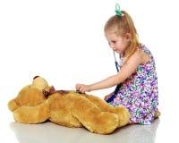 Маленькая девочка играет доктора стоковое фото rf