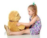 Маленькая девочка играет доктора стоковые изображения rf