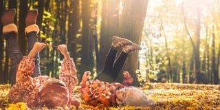 Маленькая девочка играя в листьях осени стоковое изображение rf