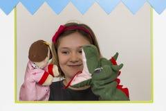 Маленькая девочка играя в театре марионетки Стоковое Изображение