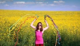 Маленькая девочка играя с красочным весенним сезоном лент Стоковая Фотография RF