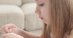 Маленькая девочка играя с моделированием пластилина сток-видео