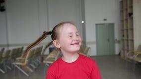 Маленькая девочка играя с отрезками провода Красивая девушка играет с ее волосами сток-видео