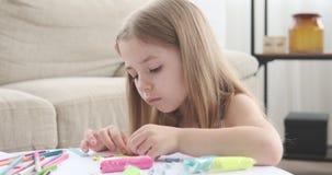 Маленькая девочка играя с пластилином сток-видео