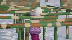 Маленькая девочка идет вдоль полосы препятствий для солдат сток-видео