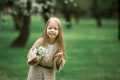 Маленькая девочка идет в сад яблока Стоковое Фото