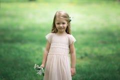 Маленькая девочка идет в сад яблока Стоковые Фотографии RF