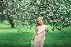Маленькая девочка идет в сад яблока Стоковое Изображение