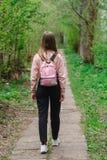 Маленькая девочка идя вдоль пути в лесе Стоковые Фотографии RF