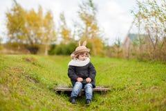 Маленькая девочка идя в парк, день осени Стоковое Изображение RF