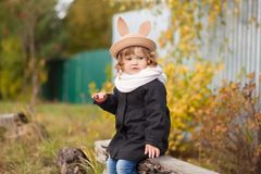 Маленькая девочка идя в парк, день осени Стоковое фото RF