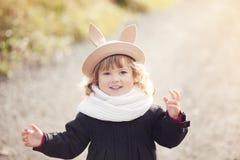 Маленькая девочка идя в парк, день осени Стоковое Фото