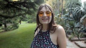 Маленькая девочка идя в парк лета зеленый начинает танцевать весело акции видеоматериалы