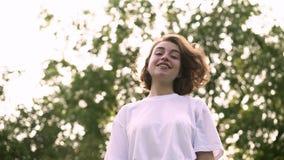 Маленькая девочка идя к камере, играя с волосами и кладя на солнечные очки сток-видео