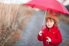 Маленькая девочка идя с зонтиком, днем осени Стоковые Фото