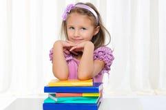 Маленькая девочка изучает словесность стоковые фото