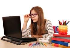 Маленькая девочка изучает с книгой и компьтер-книжкой Стоковое Изображение RF