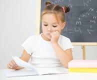 Маленькая девочка изучает стоковое изображение