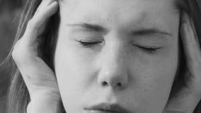Маленькая девочка имеет головную боль видеоматериал