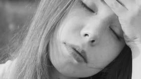 Маленькая девочка имеет головную боль акции видеоматериалы