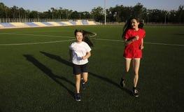 Маленькая девочка имеет потеху на стадионе стоковое фото