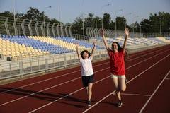Маленькая девочка имеет потеху на стадионе стоковые фото