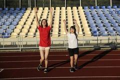 Маленькая девочка имеет потеху на стадионе стоковая фотография