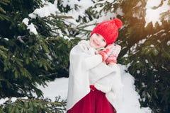 Маленькая девочка имея потеху в лесе зимы Стоковые Фото