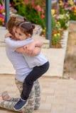 Маленькая девочка имея потеху на открытом воздухе Счастливые летние каникулы стоковые изображения