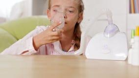 Маленькая девочка используя ингалятор nebuliser с маской сток-видео
