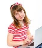 Маленькая девочка используя компьютер-книжку стоковые изображения rf