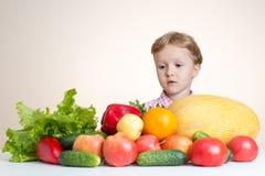Маленькая девочка и много фрукт и овощ Стоковые Фото