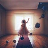 Маленькая девочка и планеты стоковое изображение rf