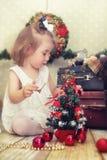 Маленькая девочка и рождественская елка стоковые фото